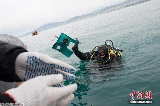 失事飞机的第一个黑匣子已于27日被打捞出水