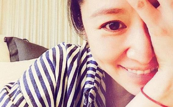 陈妍希晒素颜照许新年愿望:一家人能平平安安的