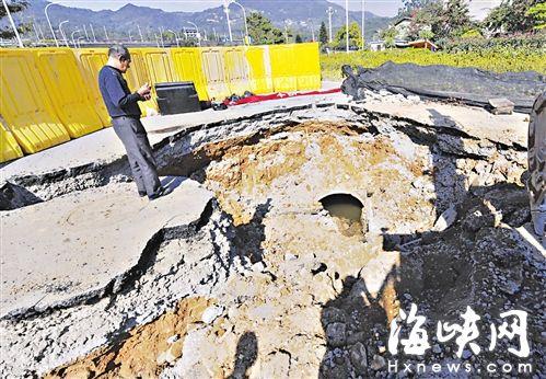 施工方挖开塌陷的位置,将填入混凝土