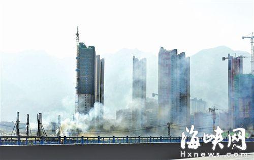 整个工地,黑烟弥漫,严重污染了周边环境