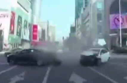 小车肇事后加速再撞一车