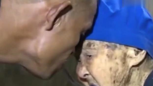 无臂男含勺喂老母亲吃饭