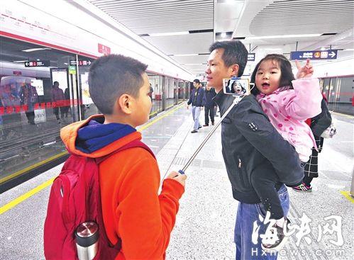 小哥哥现场直播妹妹试乘地铁