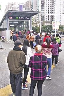 市民排队体验福州地铁速度