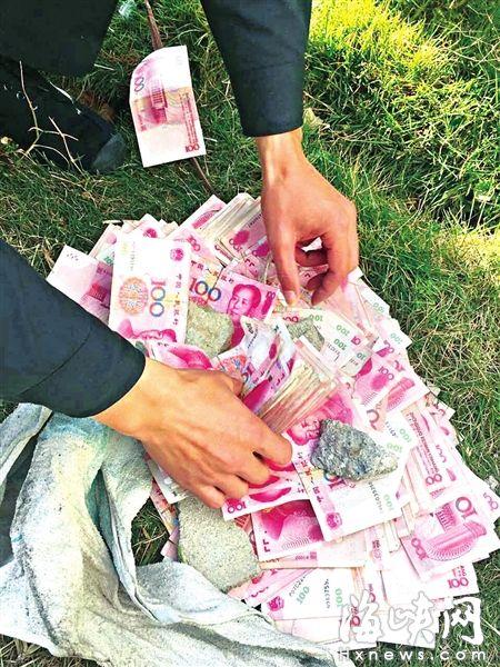 民警将散落的钱收拢起来