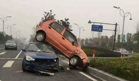 这场离奇的车祸 看呆了路人