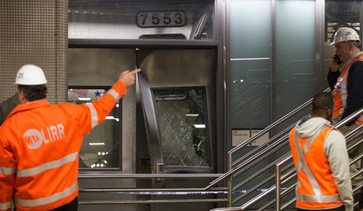 美国纽约一列车出轨 致百余人受伤