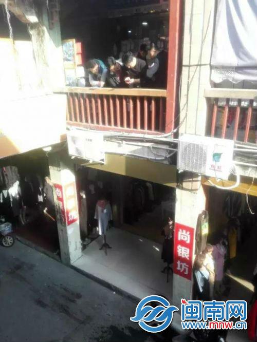 泉州一商铺门前满是鲜血 男子下面光着身子