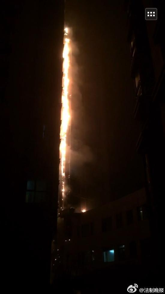 北京通州一栋住宅楼起火引燃近10层 约百人疏散
