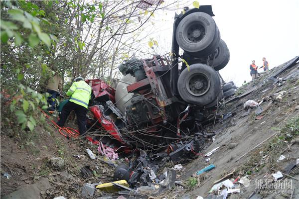 成乐高速客车相撞车祸现场图曝光 客车驾驶员当场死亡