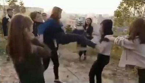 网传视频显示,一白衣年轻女子被周围多名同龄女子不断踢打和扇耳光,内衣被强行扒掉。其间,白衣女子被逼着向墓碑下跪,围观女子则哈哈大笑。