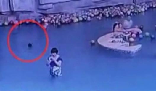 陕西4岁男童溺亡 母亲在近处玩手机没发现
