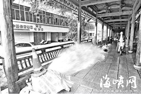 安泰桥消防栓破裂 白花花大水流一晚