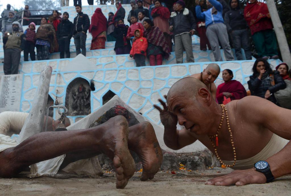 当地时间2017年1月12日,尼泊尔加德满都,尼泊尔印度教女性信徒在首都加德满都郊区的沙澧河中洗浴,迎接长达一个月的斋戒,期许生活富裕及婚姻美满。