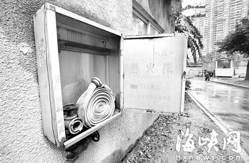 福州三木家园小区突起火 八旬依伯救火摔伤