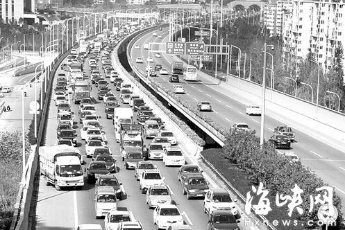 福州三环金鸡山隧道 4车追尾引43车占应急车道