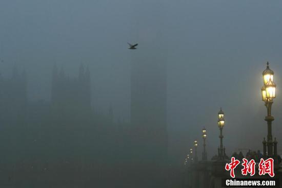 """伦敦晨雾弥漫仿若重回""""雾都"""" 大本钟等地标建筑如入云中"""