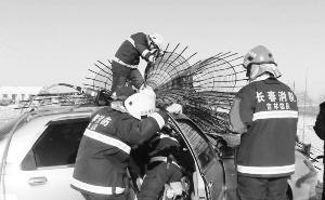 司机紧急刹车漂移撞上钢筋堆现场图 惨遭钢筋穿颅