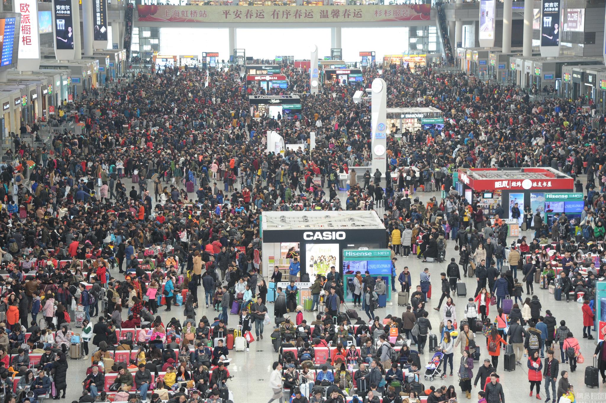 上海春运客流场面壮观 人潮涌动密密麻麻