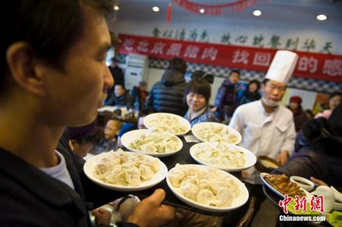 """资料图:2014年2月4日,北京一家饺子店里的客人络绎不绝。当日是农历正月初五,北方人俗称""""破五""""。中新社发 崔楠 摄"""