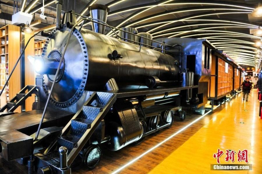 蒸汽火车头开进书店