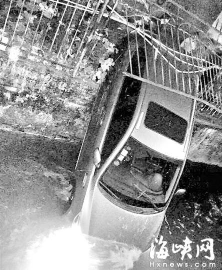 福州屏西河 深夜女司机疑油门当刹车坠河
