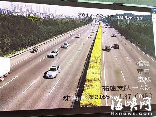 监控拍下在高速路上的两辆摩托车