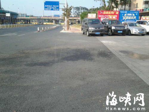 事故现场,车轮碾压过的血痕,仍清晰地印刻着当时车祸的惨烈。