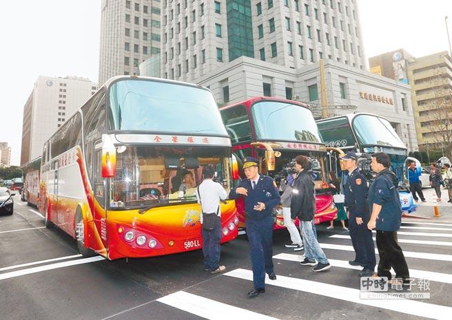 123辆旅游车被吊销牌照 司机气愤呛声要死一起死