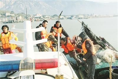 漳浦:海上两渔船相撞 边警渔业联合救援