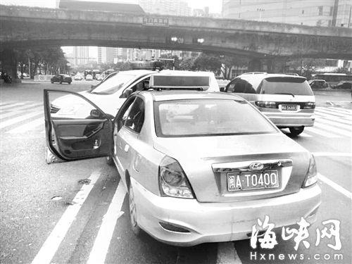 坑人的士闽AT0400在斗门高架桥附近等红灯时,被执法人员截住 (交通执法部门供图)