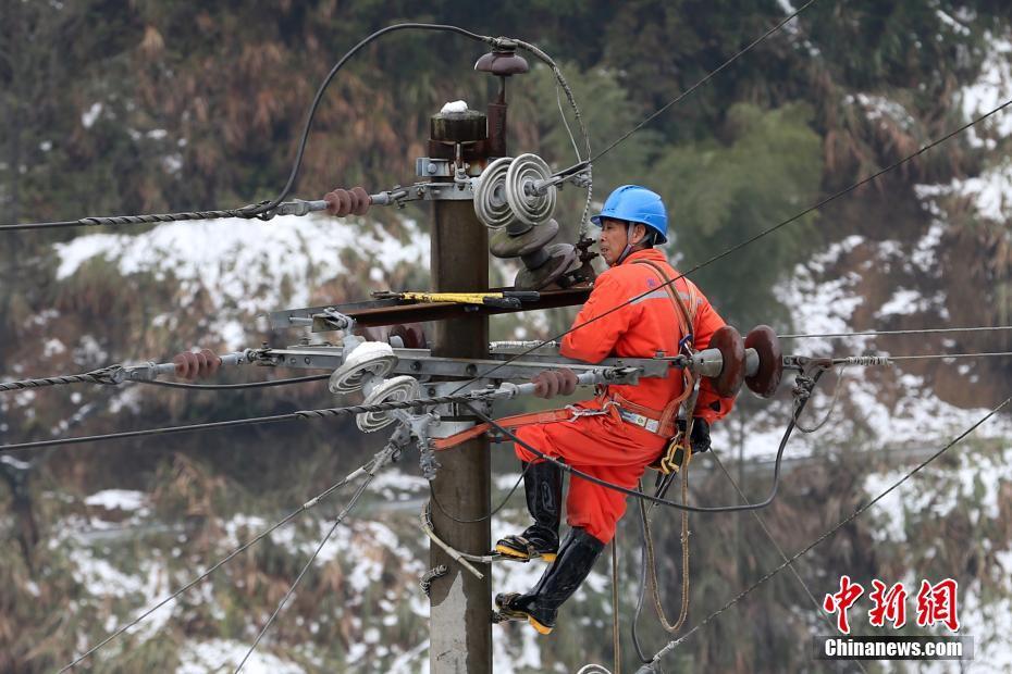 冰雪袭闽北致14688户停电 电力工人抢修恢复供电