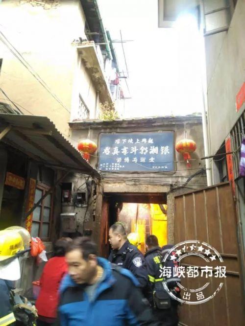 福州台江民房起火火势蔓延快 17辆消防车出动