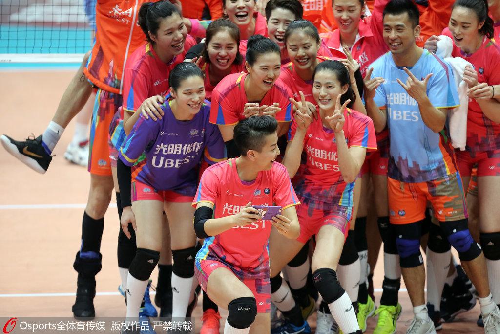 中国排球揭职业化序幕?3代人齐聚老女排队长落泪
