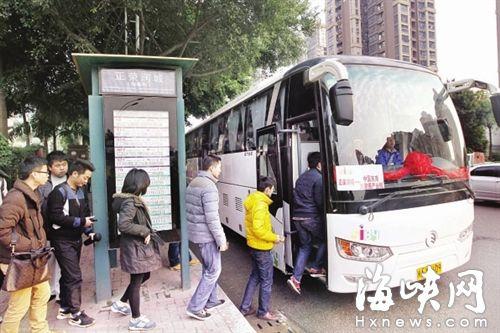 乘客在正荣润城站有序上车