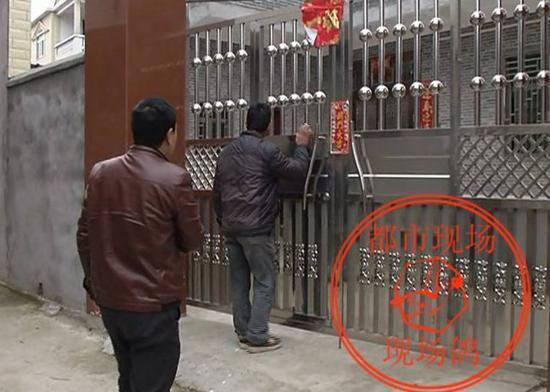 今天上午,记者和受害者家属来到嫌疑人欧阳某某家里,家中大门紧锁。王老太小儿子告诉记者,出事后,他家人可能也躲起来了。