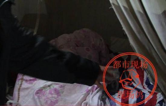 王老太侄子 王先生:当时性侵的时候眼镜就掉在这个上面,犯罪嫌疑人的手机就掉在两床被子中间。