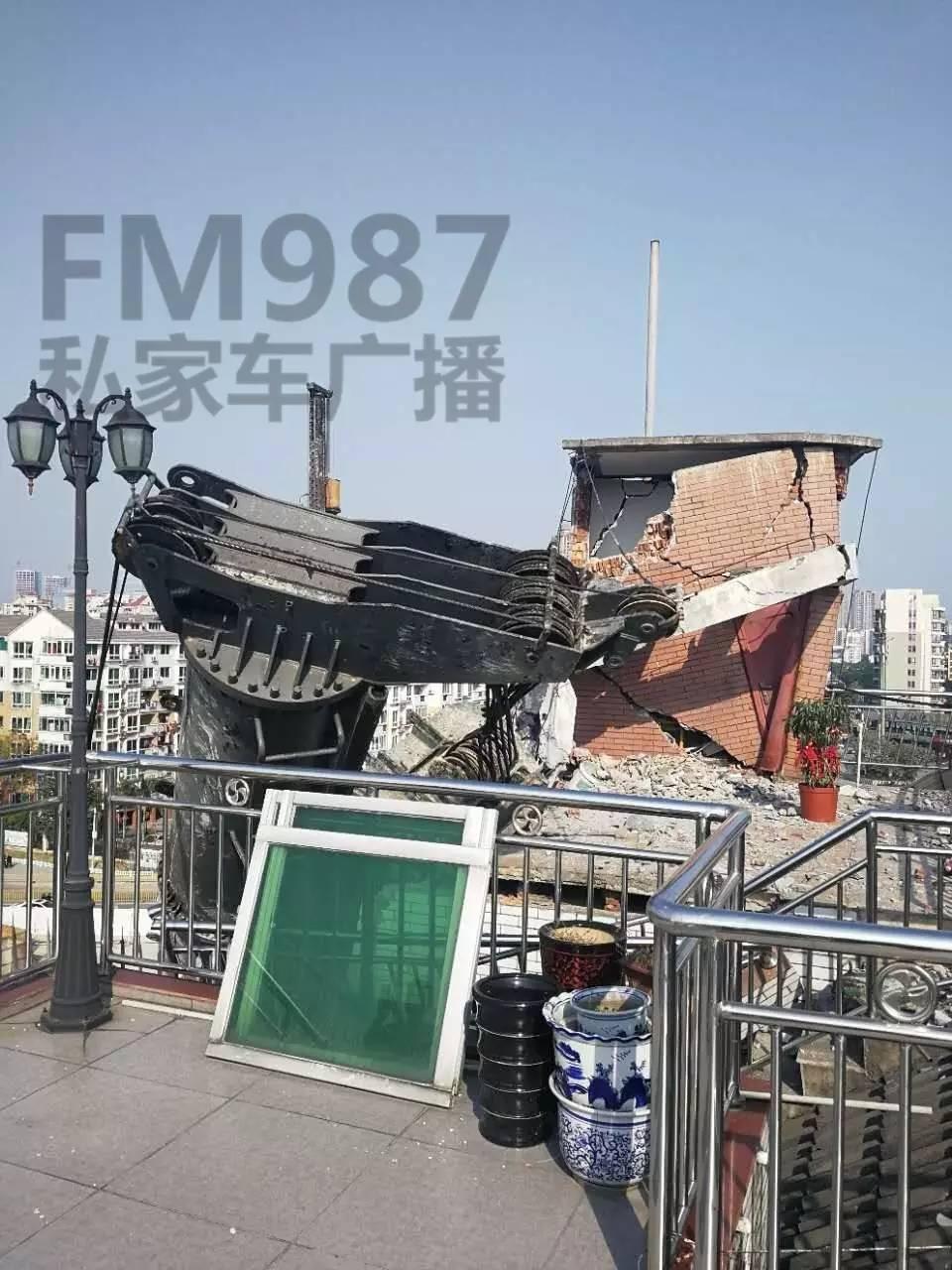 巨型三轴搅拌机突然倾倒 福州金山摘仙苑顶层被砸