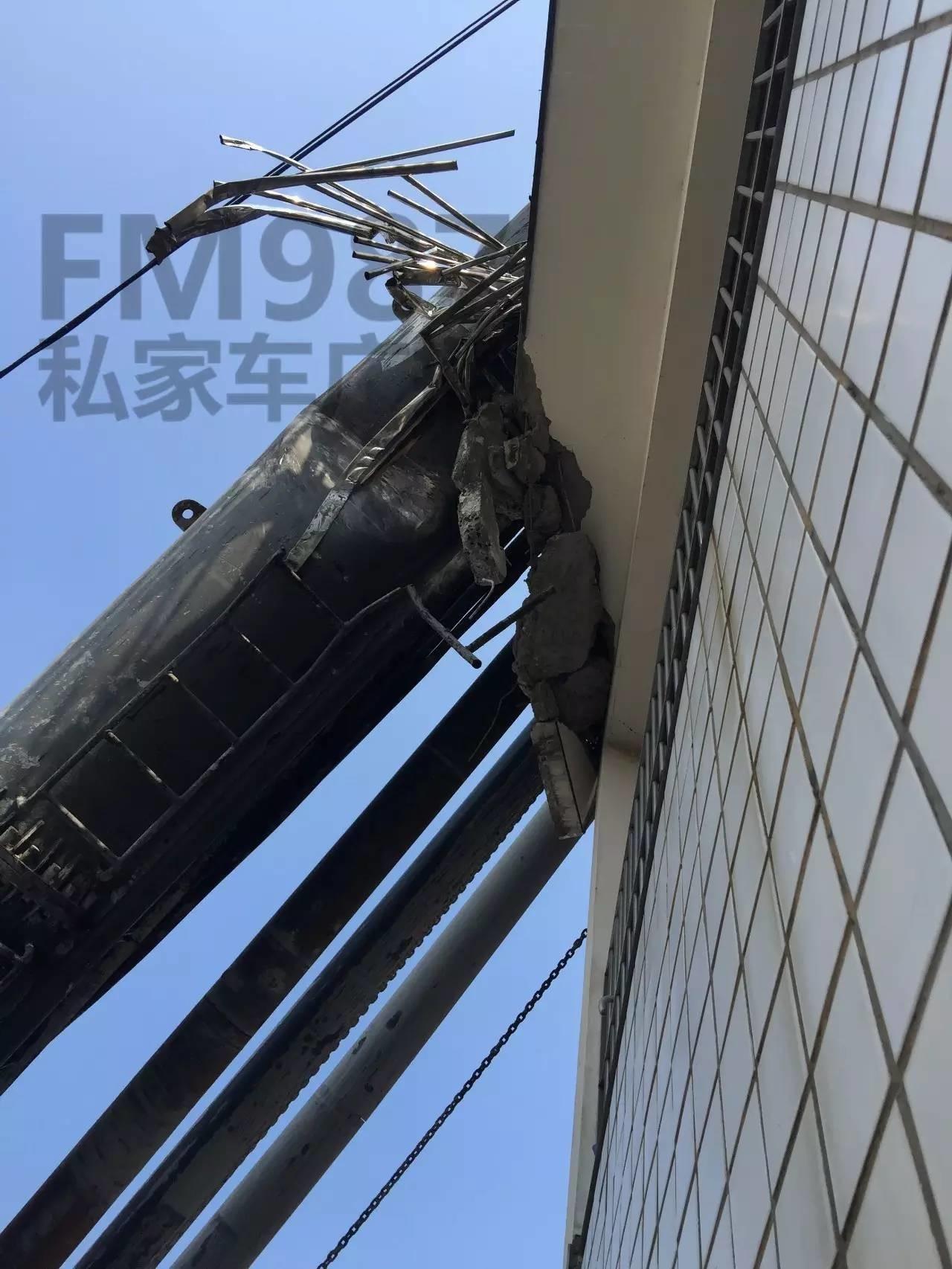 一声巨响!!巨型三轴搅拌机倒了 福州金山摘仙苑顶层被砸