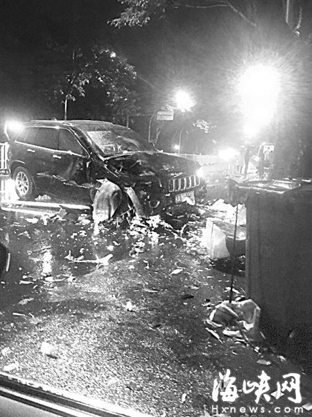 雨夜闹市区,越野车与电动车相撞,两人身亡(网友供图)