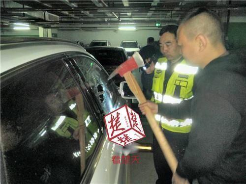 粗心父亲将1岁女儿反锁车中 保安斧劈奥迪车窗救人