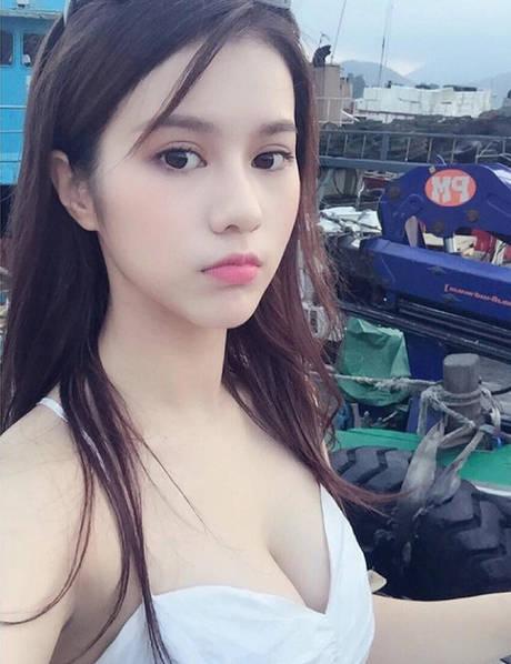19岁餐厅女服务员成了红人 邓月平三围多少个人资料ins私照曝光(2)