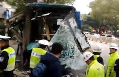 福州一公交车撞树 16人送医
