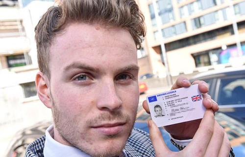 英国男子新换驾照被印11岁时照片 生活麻烦不断