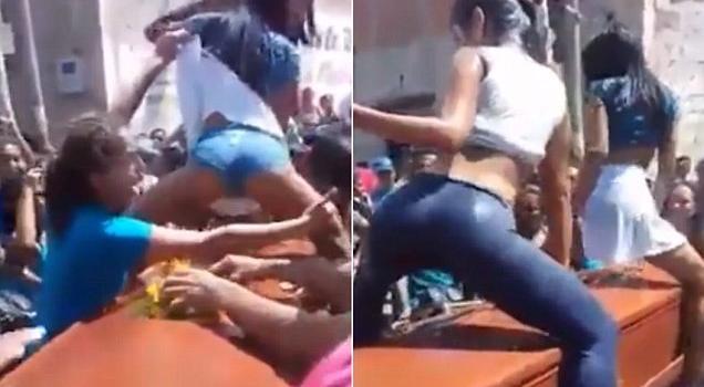 南美两女子骑跨棺材跳甩臀舞 葬礼变成一场狂欢