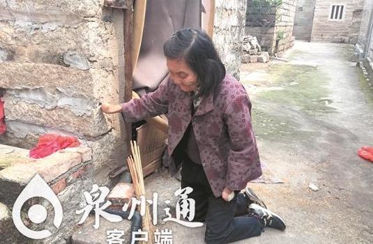泉州82岁阿婆跪行70年 12岁失去双手双脚