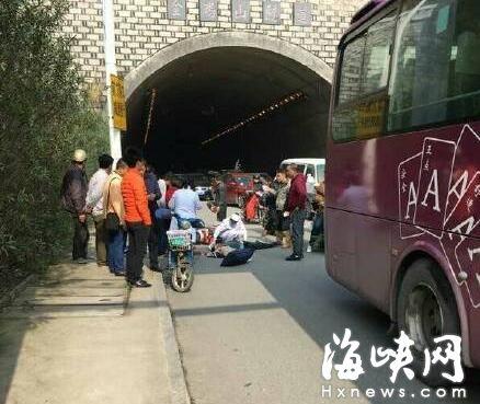 突发!金鸡山隧道辅道发生车祸 大巴撞到电动车骑手