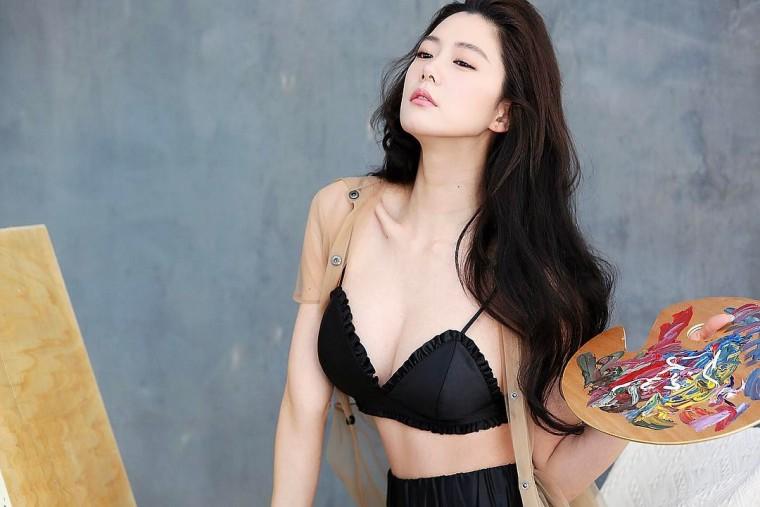Clara李成敏薄纱披肩拍性感写真 大胆秀出丰满好身材【图】