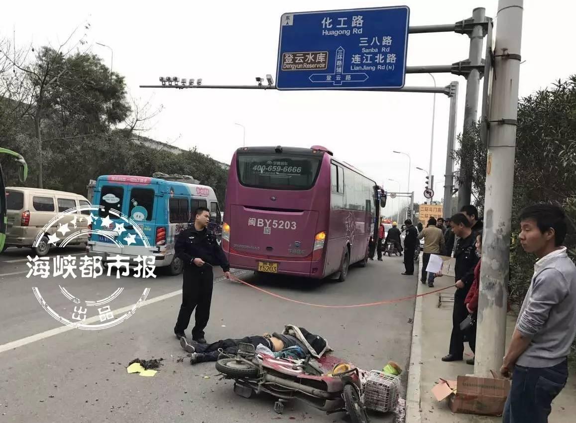 福州三环金鸡山隧道口 父子骑电动车赶工与大巴相撞 一死一伤!