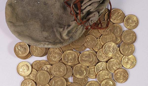 惊呆!英国钢琴调音师在一钢琴中发现大量金币